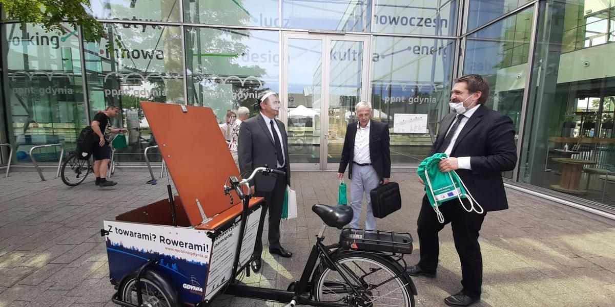 City councilers testing cargo bikes